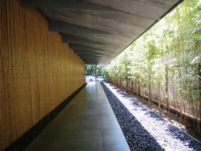 根津美術館の竹壁.jpg